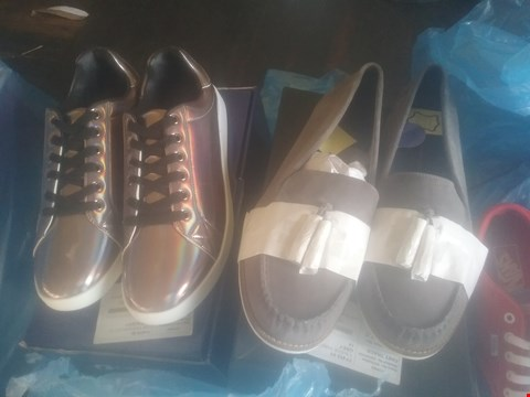 Lot 7054 BAG OF APPROXIMATELY 10 ASSORTED ITEMS OF FOOTWEAR TO INCLUDE JCM SPORTS IRIDESCENT TRAINERS AND SUEDE GREY TAFF LOAFERS