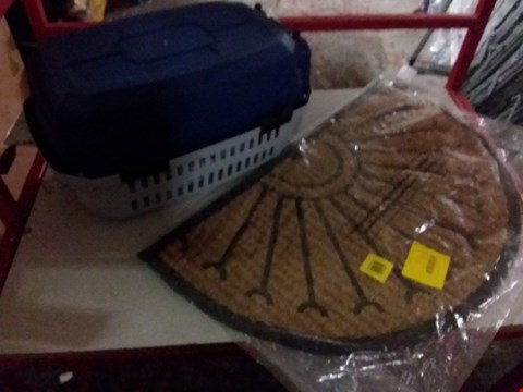 Lot 11732 A LOT OF APPROXIMATELY 3 ITEMS TO INCLUDE PET CARRIER, BLINDS AND A DOOR MAT