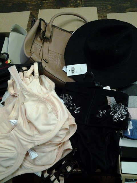 Lot 7079 1 BOX OF APPROXIMATELY 36 ASSORTED ACCESSORIES INCLUDING BLACK FEDORA HAT AND TAN CROCK EFFECT HANDBAG