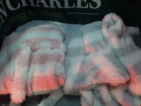 Lot 1220 LOT OF 4 DRESSING DOWNS ×2 WHITE AND PINK, X 2 WHITE AND GREY