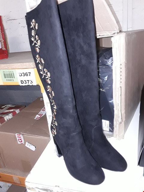 Lot 837 4X BLACK KNEE HIGH HEELED BOOTS WITH GOLD FLOWER PRINT - SIZE 7