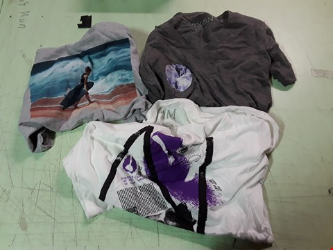 Lot 1780 LOT OF APPROXIMATELY 10 ASSORTED DESIGNER CLOTHING ITEMS TO INCLUDE A WHITE NIXON PRINT T-SHIRT M, A NIXON GREY JEWEL PRINT T-SHIRT, A BEACH PRINT GREY T-SHIRT M ETC