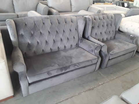 Lot 45 QUALITY BRITISH DESIGNER SHERLOCK BUTTONED GREY VELVET PETITE SUITE OF TWO SEATER SOFA & SNUGGLE CHAIR