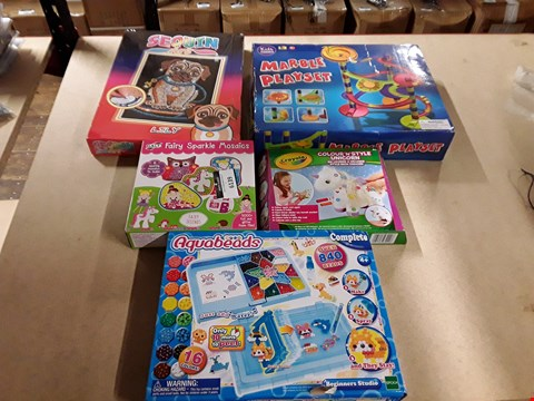 Lot 6139 LOT OF 5 ASSORTED TOY ITEMS TO INCLUDE A MARBLE PLAYSET, SEQUIN ART LILY THE PUG, AN AQUABEADS PACK