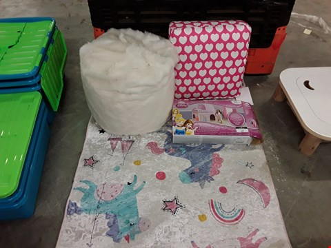 Lot 167 LOT OF 4 KID'S ITEMS TO INCLUDE CREAM FAUX FUR BEANBAG, CUSHION LOVE HEART SEAT