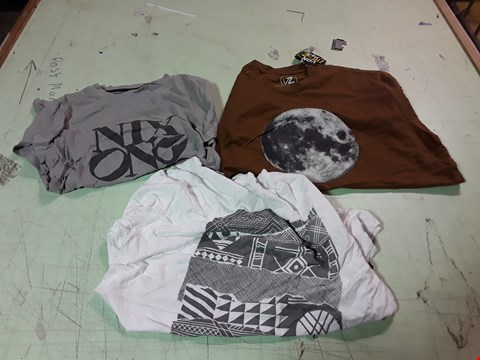 Lot 1762 LOT OF APPROXIMATELY 10 ASSORTED DESIGNER CLOTHING ITEMS TO INCLUDE A MOON PRINT BROWN T-SHIRT L, A NIXON PRINT GREY T-SHIRT, A NIXON PATTERNED WHITE T-SHIRT M ETC
