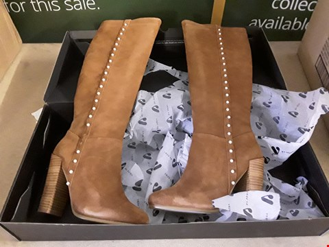 Lot 30 PAIR LADIES TAN SUEDE PEARL BUTTON HIGH HEEL BOOTS SIZE UK 7
