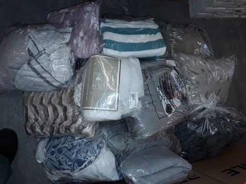 Lot 299 LOT OF APPROXIMATELY 18 ASSORTED HOMEFABRIC ITEMS TO INCLUDE WEIGHTED BLANKET, FLUFFY PILLOW PROTECTORS AND CHEQUERED DUVET SET