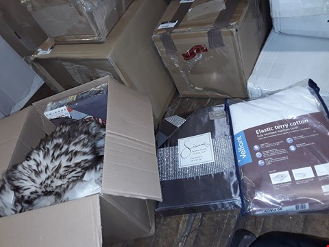 Lot 4629 BOX OF 4 ITEMS TO INCLUDE: DUVET SET, MATTRESS COVER ETC