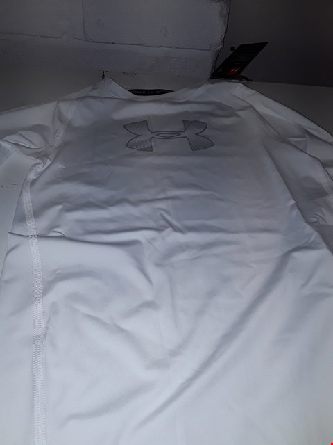Lot 657 BRAND NEW UNDER ARMOUR BOYS TOPIN WHITE  SIZE YM