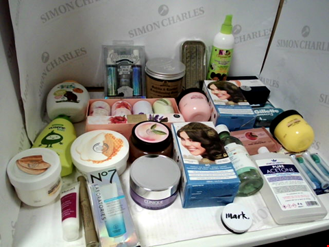 Lot 11086 LOT OF ASSORTED HEALTH & BEAUTY PRODUCTS TO INCLUDE: SADDLE & LEATHER CONDITIONING SOAP, GILLETTE MACH 3 RAZOR CARTRIDGES, FLORAL COLLECTION TALCUM POWDER GIFT SET, ASSORTED BATHROOM & COSMETICS PRODU