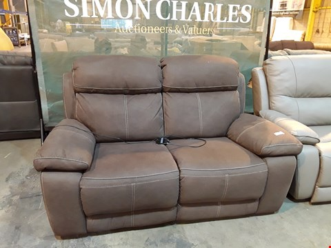 Lot 9045 DESIGNER BROWN MACAO FABRIC POWER RECLINING TWO SEATER SOFA WITH CONTRASTING STITCHING