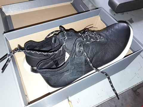 Lot 7014 PAIR OF BLACK/WHITE ECCO SCINAPSE TRAINERS SIZE 5-5.5