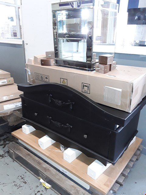 Lot 11161 PALLET OF 4 ASSORTED ITEMS TO INCLUDE OAK EFFECT TABLE TOP, BLACK 1 DRAWER WARDROBE BASE AND 2 SHELF MIRRORED CHEST