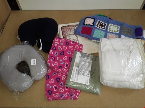 Lot 6027 LOT OF APPROXIMATELY 8 ASSORTED ITEMS TO INCLUDE HEART SHAPE NECK WARMERS,KNITTED BLANKET AND TRAVEL PILLOW