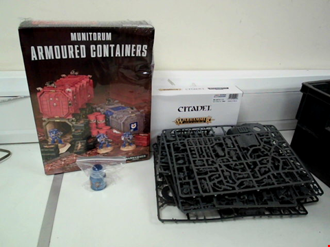Lot 8071 LOT OF 4 WARHAMMER ITEMS TO INCLUDE WARHAMMER 40K MUNITORUM ARMOURED CONTAINERS, LGAN GRIMNAR ON STROMRIDER AND UNSPECIFIED WARHAMMER KIT