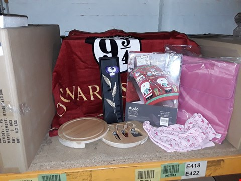 Lot 4028 BOX OF ASSORTED ITEMS TO INCLUDE HARRY POTTER TOWEL, SCHOOL BAG, CHEESEBOARD AND CHRISTMAS BEDDING