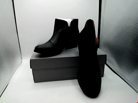 Lot 1391 BOXED PAIR OF VIONIC BOOTS UK SIZE 7