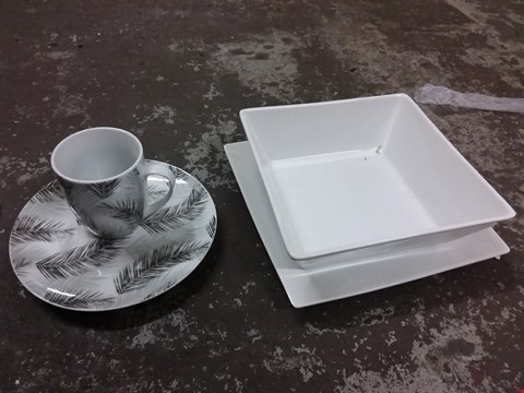 Lot 174 LOT OF ASSORTED COOKWARE INCLUDES PLAIN WHITE AND 16PC TROPICAL LEAF ITEMS