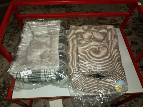 Lot 13907 LOT OF 2 DOG BEDS VARIOUS COLOURS