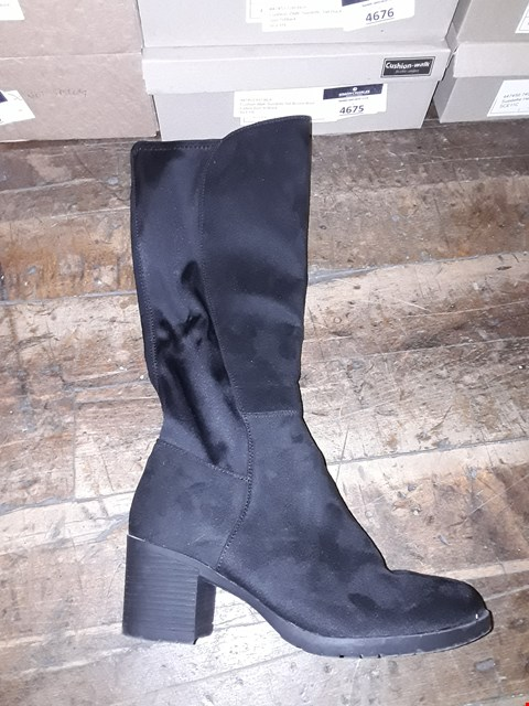 Lot 1316 CUSHION WALK SUEDETTE TALL STRETCH BOOTS SIZE 5