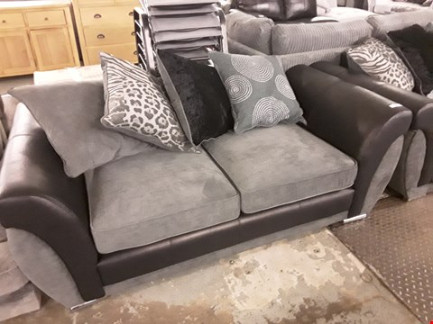 Lot 375 DESIGNER BLACK FAUX LEATHER AND GREY FABRIC 2 SEATER SOFA WITH SCATTER BACK CUSHIONS
