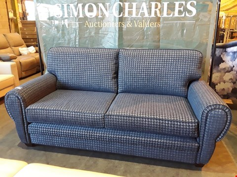 Lot 1004 DESIGNER JOHN FLEMING UPHOLSTERY BENTLEY THREE SEATER NAVY/SILVER FABRIC FIXED SOFA WITH LEATHER PIPING