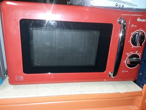 Lot 1394 SWAN MANUAL MICROWAVE OVEN SM22080R RED RRP £89.99