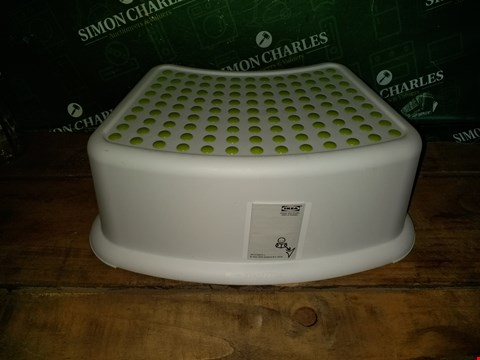 Lot 7021 WHITE/GREEN BATHROOM STOOL