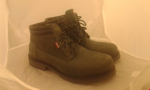 Lot 2047 PAIR OF LEVIS BOOTS SIZE 8