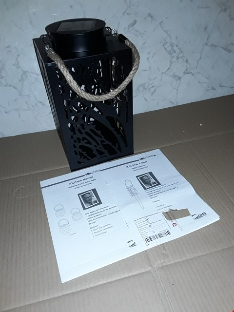 Lot 4054 LOT OF 4 OUTDOOR LIGHTING ITEMS TO INCLUDE SOLITHIA 3IN1 SOLAR LIGHT AND SOLAR LANTERN