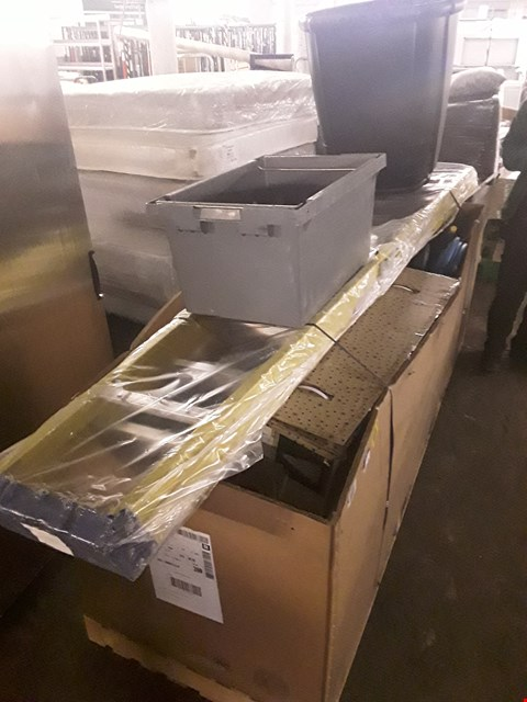 Lot 3142 PALLET OF ASSORTED ITEMS TO INCLUDE: LADDER, WATER BUT, CHRISTMAS TREE ETC