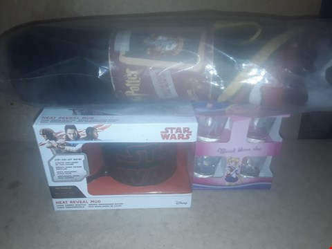 Lot 689 BOX OF APPROXIMATELY 19 BRAND NEW ITEMS TO INCLUDE STAR WARS HEAT REVEAL MUG, HARRY POTTER CLOAK TOWEL AND SAILOR MOON OFFICIAL SET
