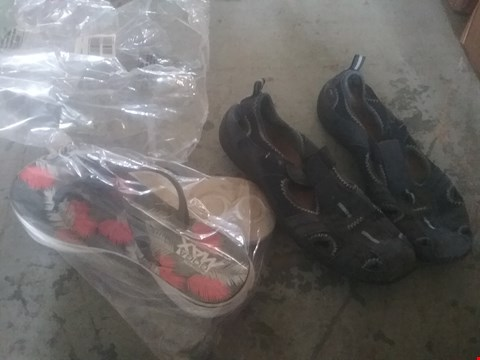 Lot 2423 LOT OF APPROXIMATELY 5 ASSORTED ITEMS OF FOOTWEAR TO INCLUDE SKETCHERS GOGA MAX SANDALS AND EARTH SPIRIT SHOES