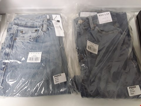 Lot 3449 BOX CONTAINING, 8 PAIRS OF BAGGED TOPSHOP BLUE DENIM JEANS, 7 × BLEACHED W24 ×L32 & 1 PAIR MID DENIM JAMIE W24 × L34.