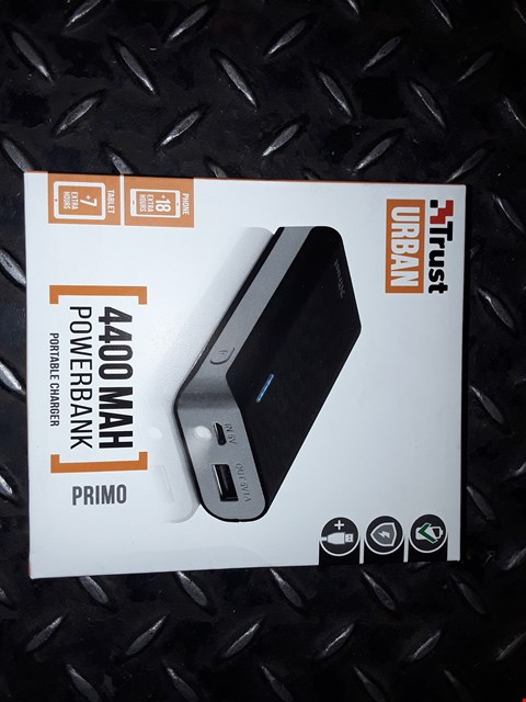 Lot 2437 BOX OF APPROXIMATELY 180 TRUST URBAN 4400 MAH POWER BANK PORTABLE CHARGER BLACK