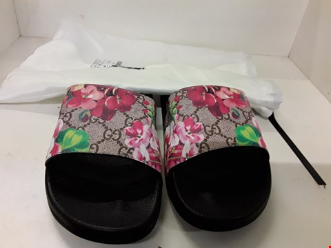 Lot 4043 PAIR OF DESIGNER SLIDERS IN THE STYLE OF GUCCI SIZE EU 39