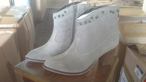Lot 7022 BOX OF 5 LADIES GREY STUDDED SOLE DIVA BOOTS