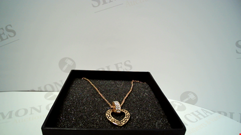 Lot 18070 DESIGNER GOLD TONE NECKLACE AND PENDANT