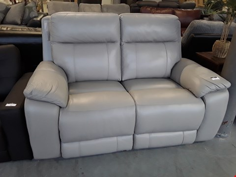 Lot 12 DESIGNER PUTTY LEATHER COLBY 2 SEATER POWER RECLINING SOFA  RRP £1399.00