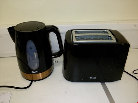 Lot 9209 SWAN 1.7L KETTLE AND 2 SLICE TOASTER SET IN BLACK/COPPER RRP £52.99
