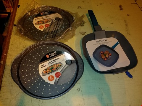 Lot 6054 LOT OF 3 COOKWARE ITEMS TO INCLUDE 2X RUSSELL HOBBS METALLIC PIZZA TRAY AND PROGRESS FORGED 28CM GRIDDLE PAN