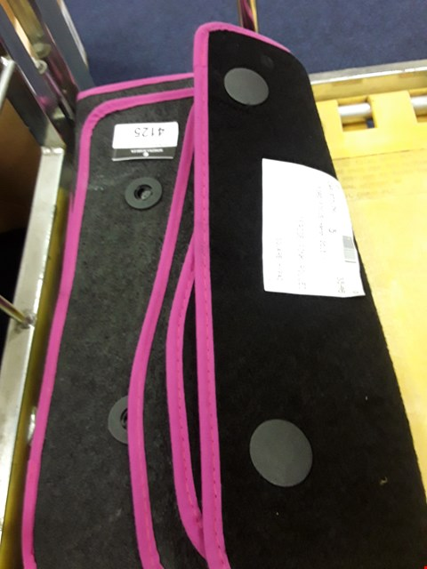 Lot 4125 SET OF BLACK WITH PINK BINDING MATS FOR FORD FOCUS 2015 ONWARDS