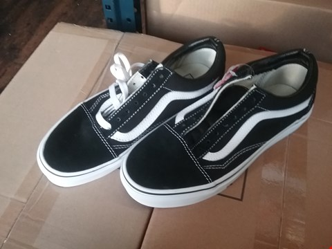Lot 6813 GRADE 1 VANS OLD SKOOL TRAINERS - BLACK/WHITE SIZE 4 RRP £37