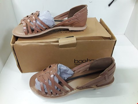 Lot 4089 PAIR OF DESIGNER BROWN FLAT SHOES IN THE STYLE OF BOO HOO SIZE UK 5
