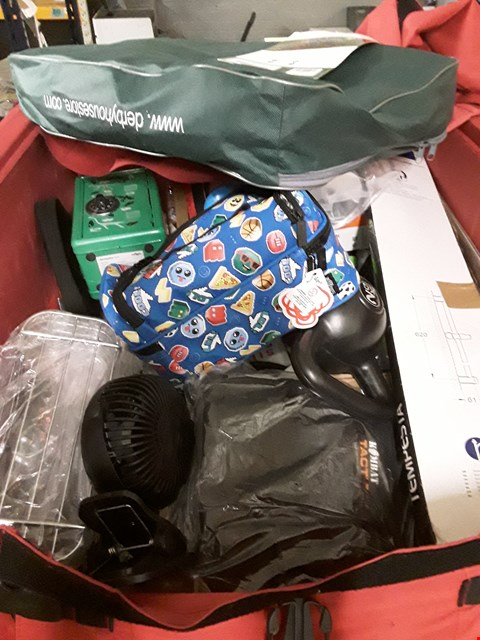 Lot 631 CAGE OF ASSORTED HOUSEHOLD ITEMS TO INCLUDE LIGHTWEIGHT HORSE RUG, 2KG KETTLE BELL, SMIGGLE MONEY BOX SAFE ETC