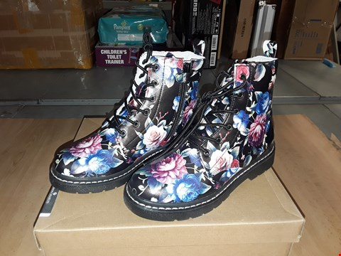 Lot 12570 BOXED LELLI KELLY GISELLE FLORAL PRINT LACE/ZIP UP BOOTS UK SIZE 1