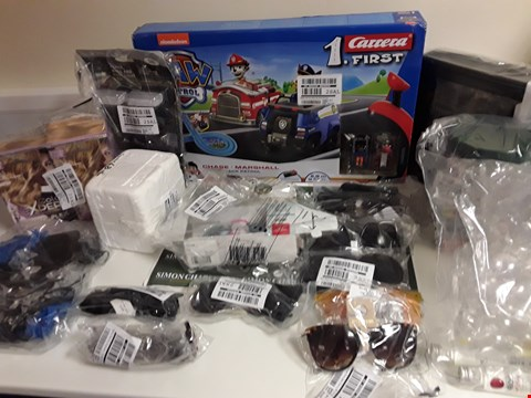 Lot 1342 BOX OF APPROXIMATELY 19 ASSORTED ITEMS TO INCLUDE SUNGLASSES, SOLAR LIGHTS ETC