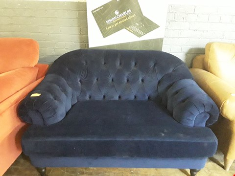 Lot 208 QUALITY BRITISH DESIGNER BLUE PLUSH VELVET BUTTON BACK SNUGGLE CHAIR