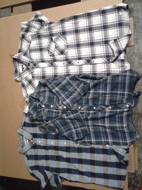 Lot 9307 BOX OF APPROXIMATELY 35 MEN'S CLOTHING ITEMS TO INCLUDE CASPER SHIRT LONG, MELKER SHIRT LONG AND JASPE PLAID SHIRT - BLUE
